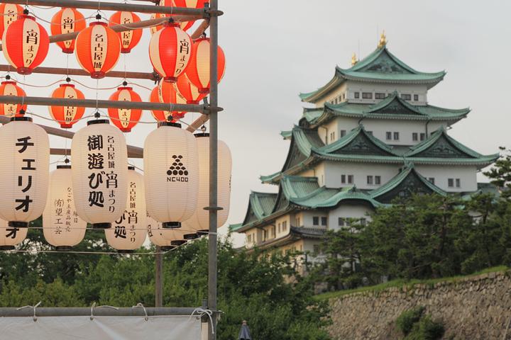 夕暮れの名古屋城と提灯