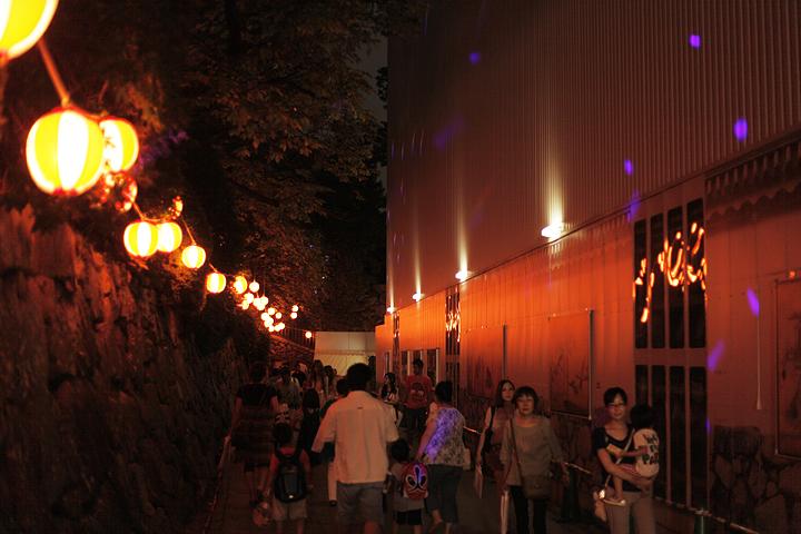 本丸御殿工事現場脇の通路もライトアップ
