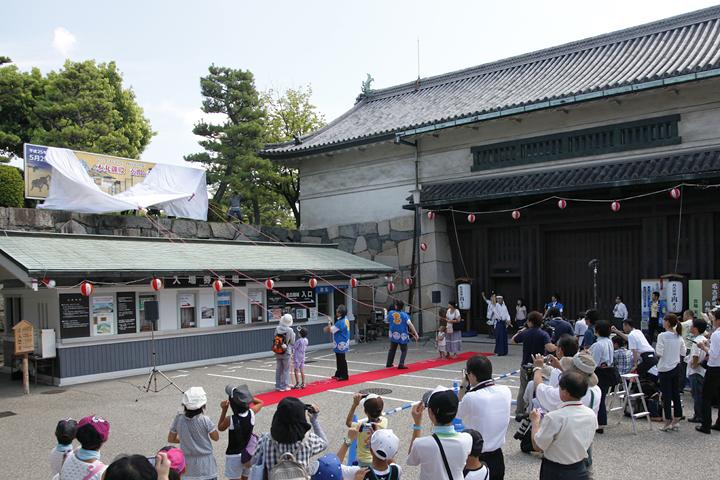 名古屋城正門前でカウントダウンボードを覆う幕を引く市長と市民代表ら