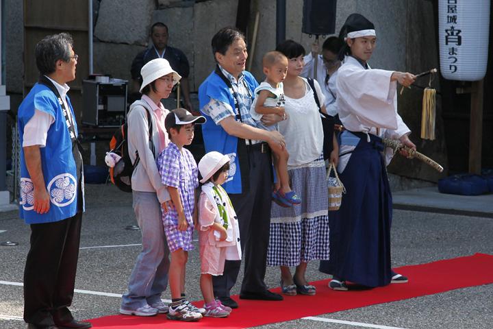 序幕後、市民と記念写真に応じる徳川家康と河村市長