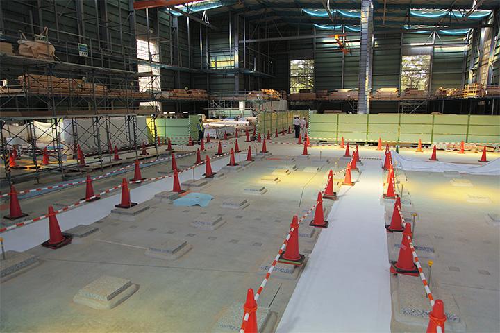 礎石の奥の第3期工事エリアは部材の加工場として使われている