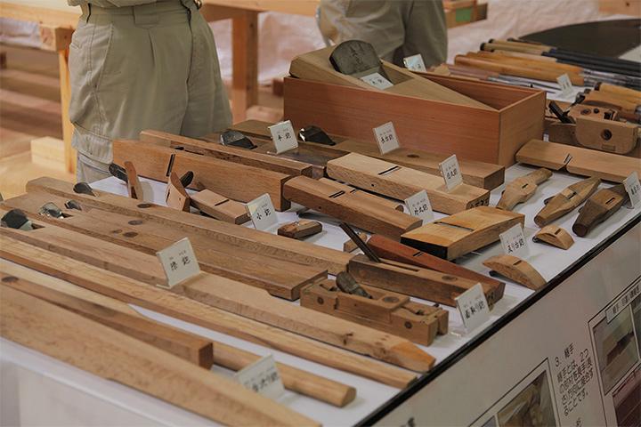 さまざまな形状の道具が並ぶ