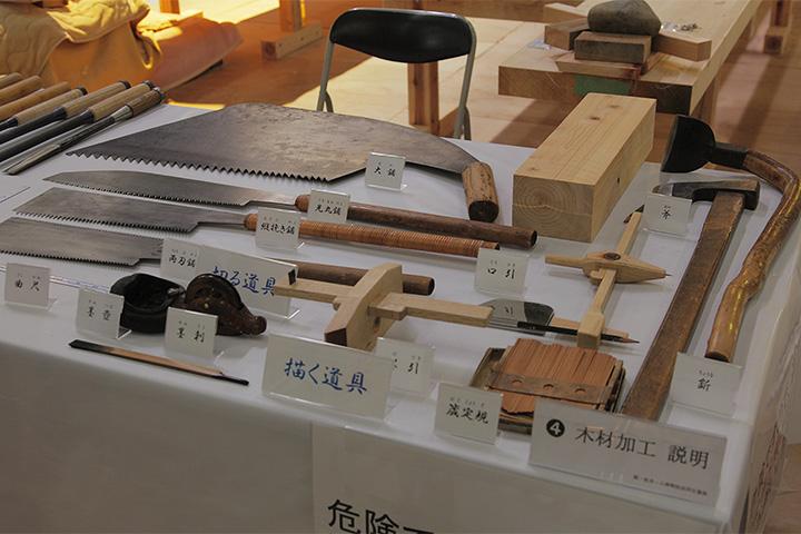 描く道具、切る道具の展示