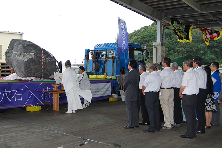 名古屋城へ輸送される矢穴石の安全祈願(2012年9月)