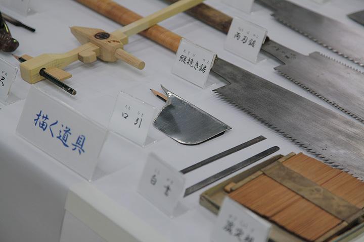 口引きは石の面に合わせて材木に印をつける道具
