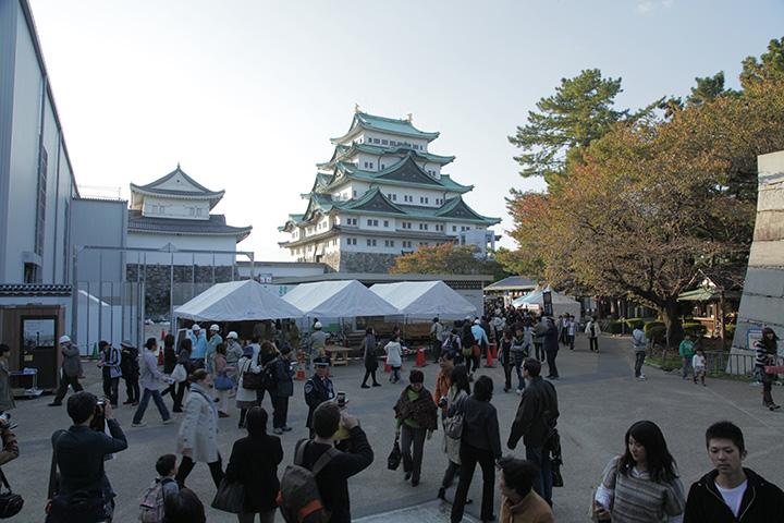 夕方も賑わう名古屋城
