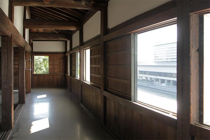 最上階の窓と廊下