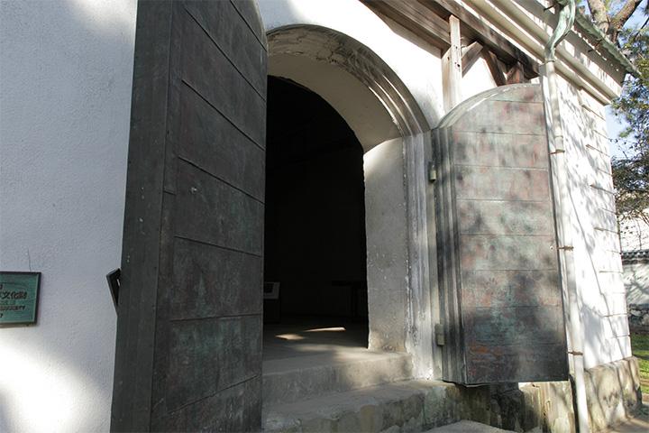 旧陸軍の弾薬庫だった. 扉と壁の厚みで堅牢さがうかがえる