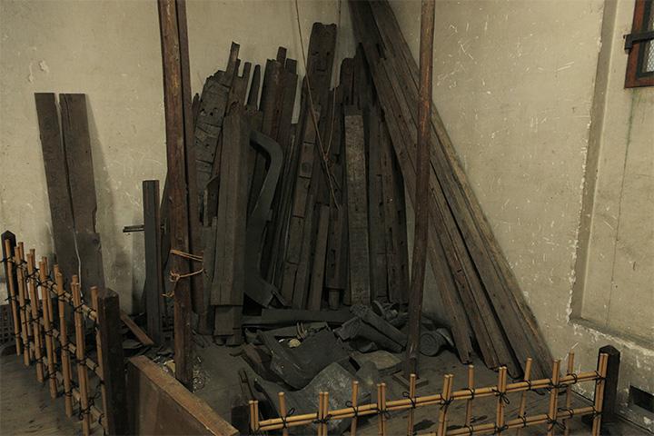 倉庫の隅にはかつて乃木倉庫に使用されていた庇の木材が残されている