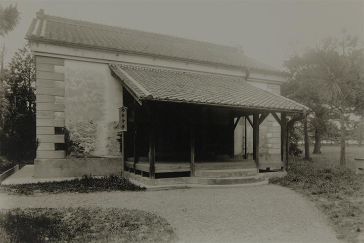 昭和初期に撮影された乃木倉庫の写真. 現在と違い入口には庇が設けられていた