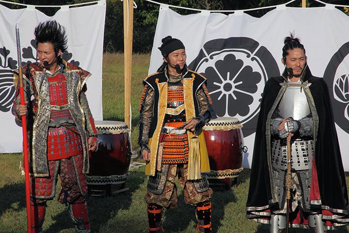 左から前田慶次、豊臣秀吉、織田信長