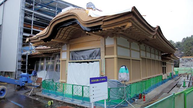 素屋根の撤去された玄関入口