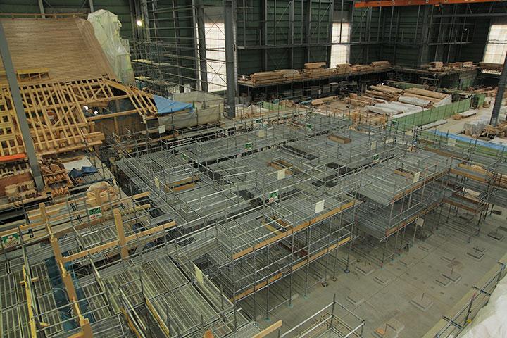 第2期工事エリア(対面所等)に足場が組まれ柱が立ち始めている