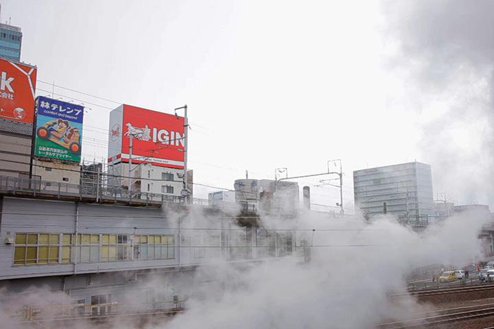 蒸気機関車の車窓に流れてくる白煙