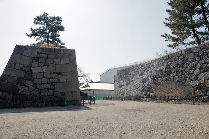 清正石(右石垣の茶色く大きい石)の入った石垣と本丸御殿