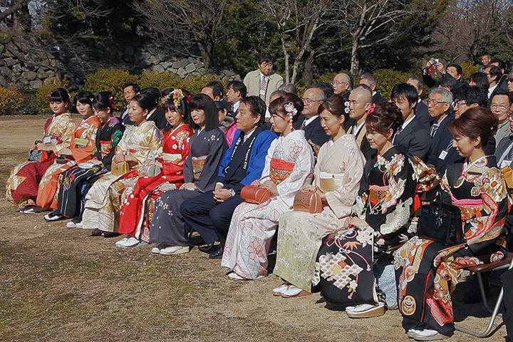 最前列は歴代春姫10人と河村たかし名古屋市長、名古屋城文化フォーラム夢童由里子代表