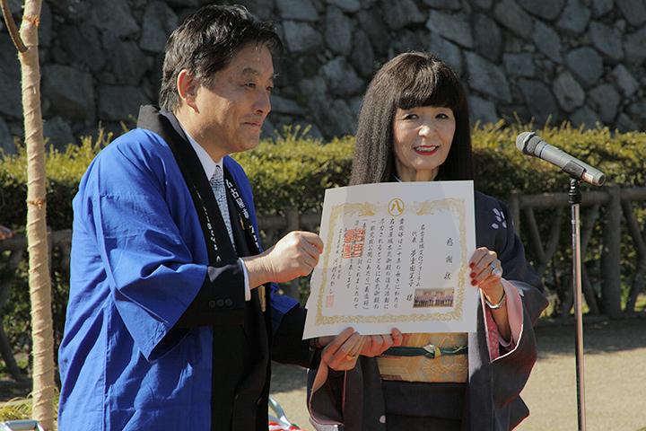 名古屋市から送られた感謝状を掲げる河村たかし名古屋市長と名古屋城文化フォーラム夢童由里子代表