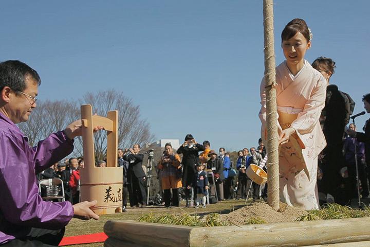 義直桜に定光寺のお水を注ぐ春姫