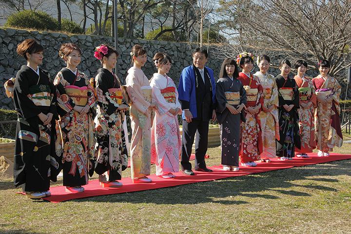 歴代春姫10人と河村たかし名古屋市長、名古屋城文化フォーラム夢童由里子代表
