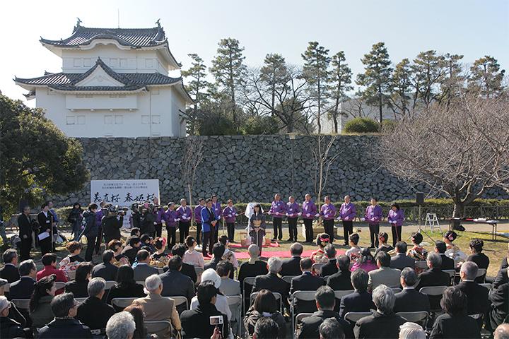 除幕に先立って銘板の説明をする名古屋城文化フォーラム夢童由里子代表