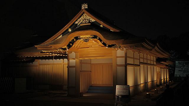 ライトアップで浮かび上がる名古屋城本丸御殿玄関