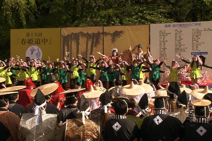 「春姫恋唄」に合わせて全員参加の踊り