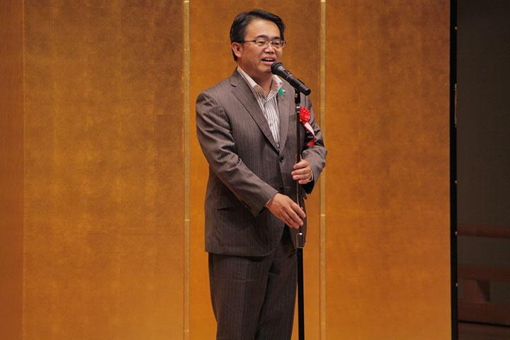 来賓祝辞を述べる大村愛知県知事