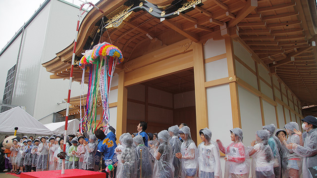 名古屋城本丸御殿 玄関・表書院一般公開を祝して、くす玉が割られた。綱を引いたのは名古屋市長や名古屋市会議長ら関係者と名城小学校6年生達