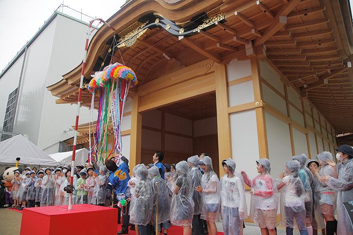 くす玉の綱を引いたのは名古屋市長や名古屋市会議長ら関係者と名城小学校6年生達