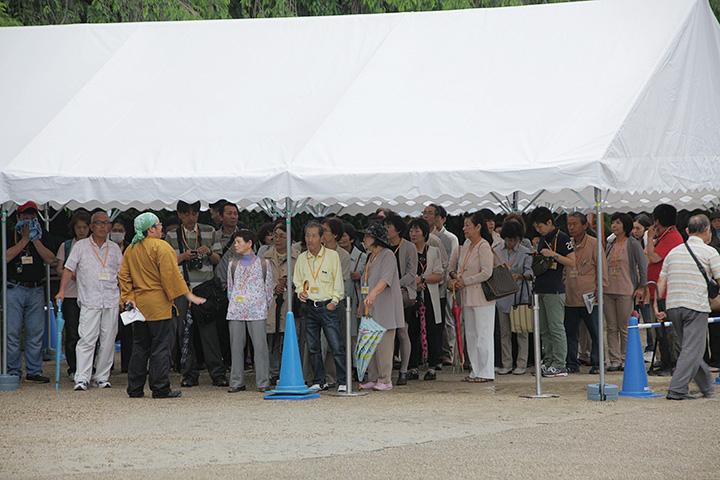 表に之門前のテントで本丸御殿入場の順番を待ちながら説明を聞く入場者ら