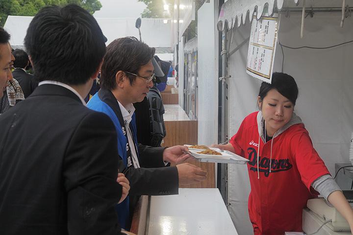 東門会場を視察する藤田名古屋市会議長