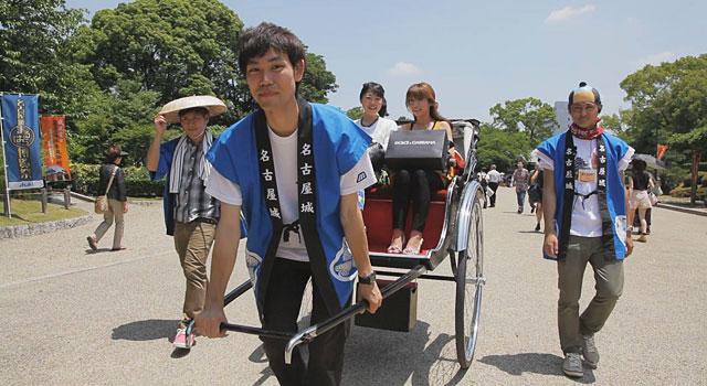まるはち博覧祭会期中の土日には学生が人力車を曳き城内を運行しています