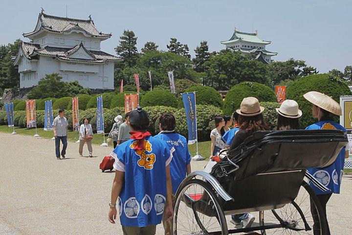 人力車は東門と正門周辺を行き交う