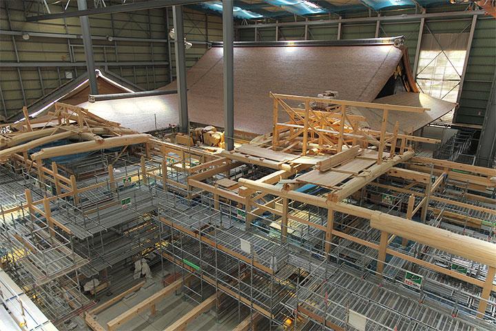 第一期の出来上がった表書院屋根と第二期工事中の対面所部分
