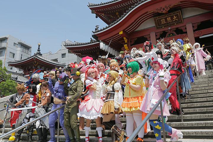 コスプレサミット各国代表らが大須観音を背景に記念撮影