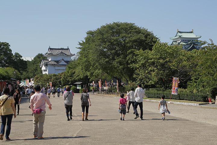 名古屋城東門付近を行きかう人々