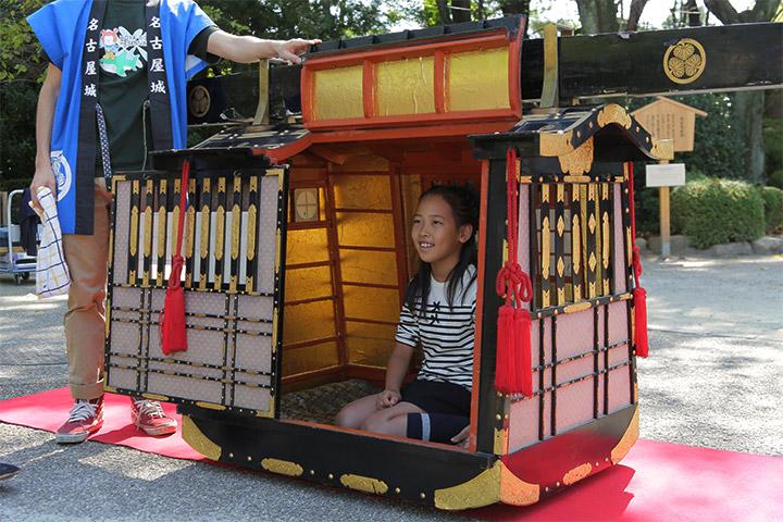 小学生以下限定を対象に学生が担ぐ駕籠が城内を運行.乗車料:500円