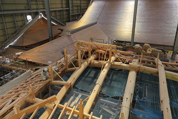 屋根部分の作業が行われていた