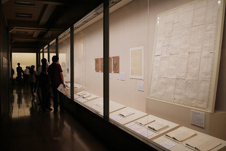名古屋城の歴史や建築、美術に関する基礎資料が並ぶ.天守閣2階 特別展「巨大城郭 名古屋城」