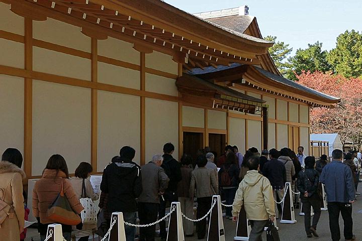 公開中の本丸御殿へ入る人の列