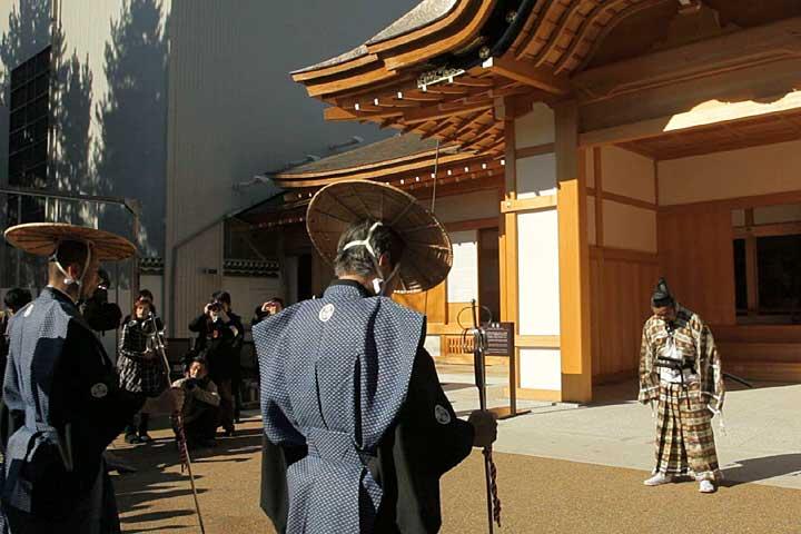 玄関前で佐藤所長のお出迎え
