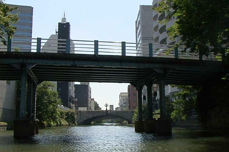 五条橋と伝馬橋の中間にあることから「中橋」と名付けられた。