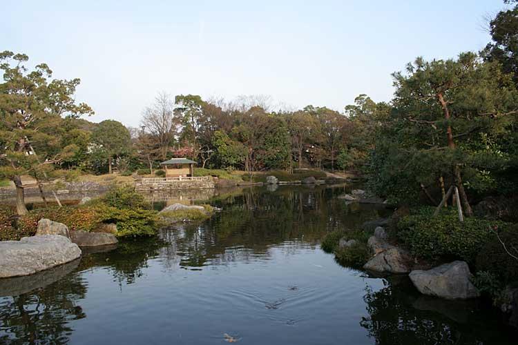 白鳥庭園-池泉廻遊式庭園