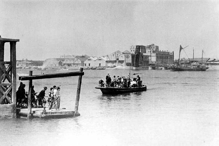 旧港新橋完成前の東築地の渡し