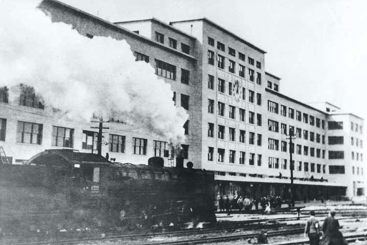 完成間近の新名古屋駅を通る蒸気機関車