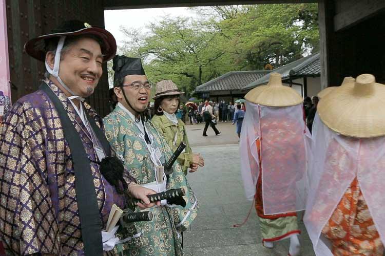 名古屋城正門で、道中一行を迎える市長、知事