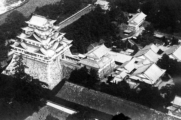 焼失前の名古屋城天守閣と本丸御殿