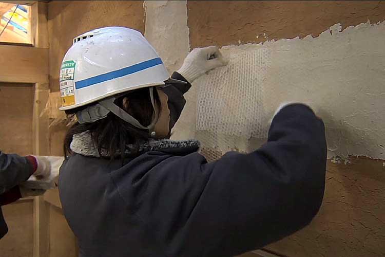 漆喰の上に寒冷紗を張りふたたび漆喰を塗ります