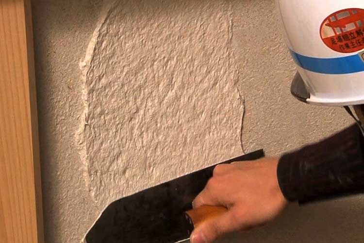 砂漆喰の上に漆喰塗りを行います(漆喰)