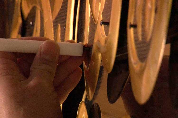 樹脂性のハンマーを使い釘で軽く破風板を固定